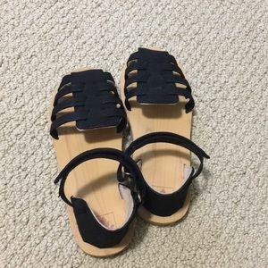 Brand new Reef girl sandals in black. Size 2-3.